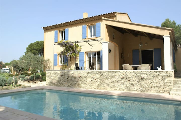 Stylish villa with heated swimming pool close to the lovely L'Isle-sur-la-Sorgue