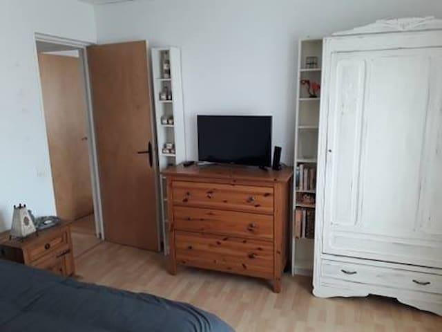 La chambre numéro 1 avec armoire et meuble à tiroirs pour de nombreux rangements, lit 140