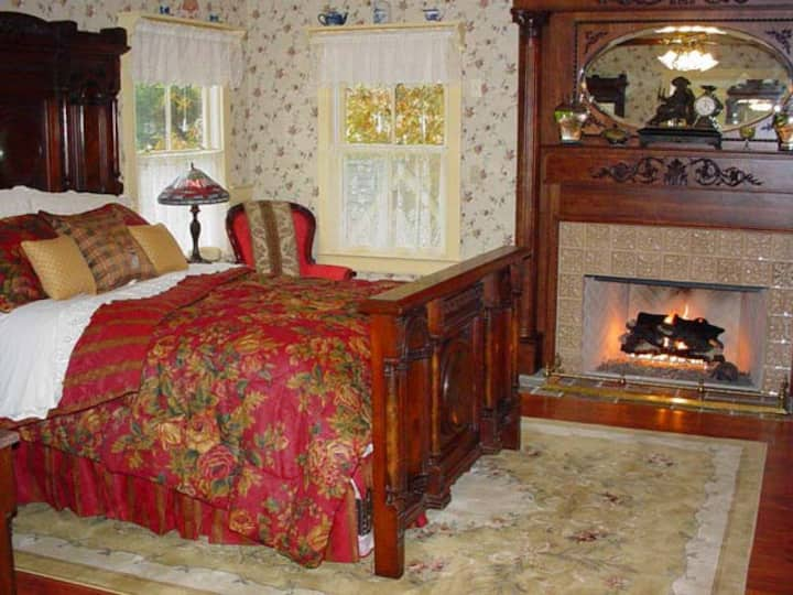 Luxury Suite w/ Jacuzzi & Fireplace at a real B&B!