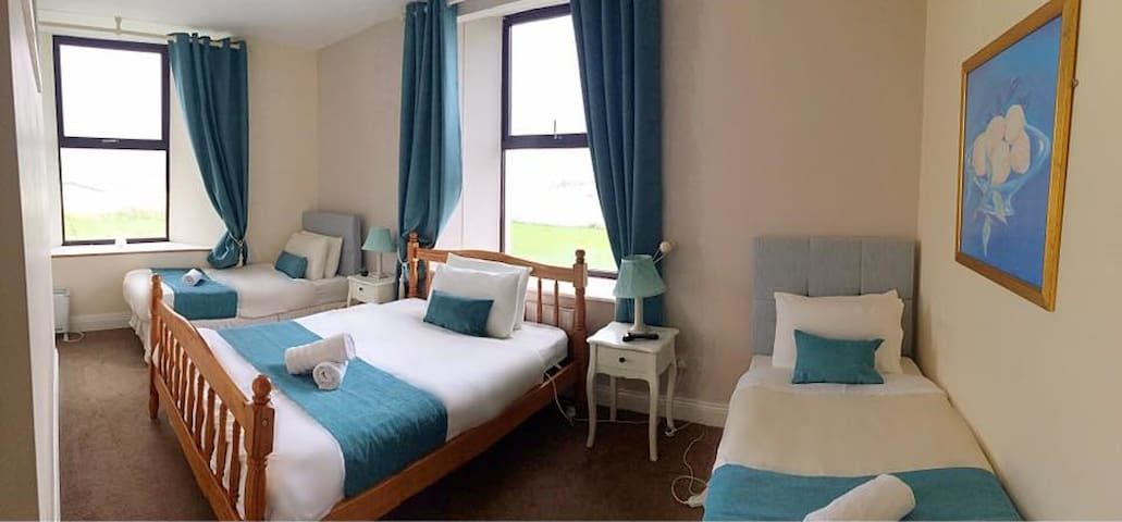 Large family room with sea views, Lahinch Ireland - Lahinch - Bed & Breakfast