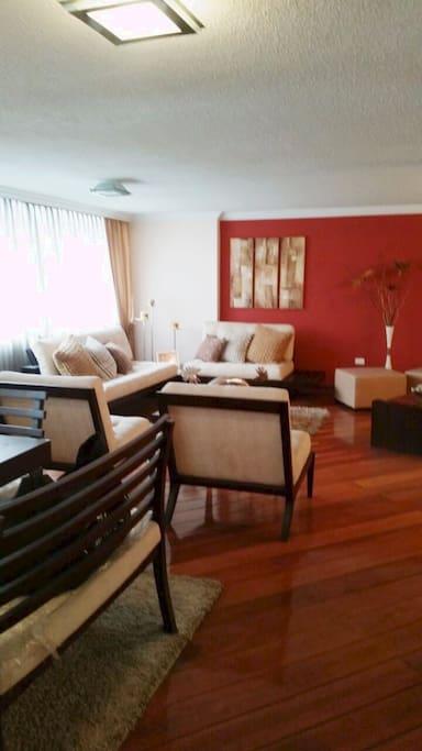 Dining / Living room. Sala y Comedor modernos con espacios amplios, piso de tablon.