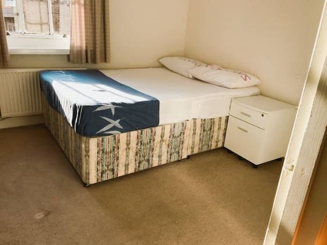 A COZY DOUBLE ROOM IN WIMBLEDON