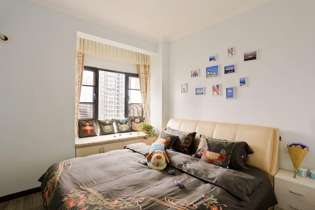 南北通透1.8米大床,可以在床上翻跟斗喔,眀窗净几,舒心睡觉,暖暖的家!