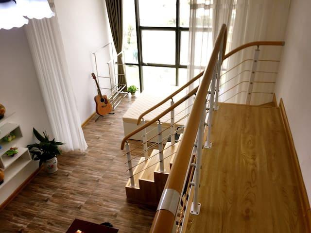 明亮迷人的双层阳光房公寓
