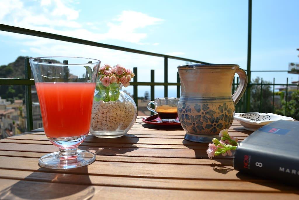 tavolino + panorama dal balconcino privato