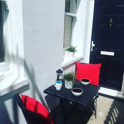 Perfectly cute little court yard area. Ideal with that caffeine hit in the morning.