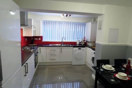 5 Bed / 4 Bath HomeStay House Birmingham
