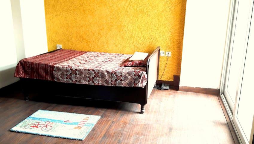 Bedroom with bath, balcony - heart of Noida - Noida - Apartamento