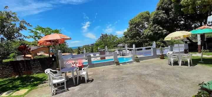 Casa com  2 piscinas e área de churrasco .