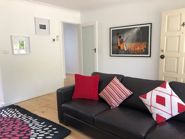 PET FRIENDLY UNIT IN GREAT BAYSWATER LOCATION