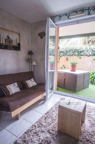 salon , piece a vivre avec acces directe en terrace .