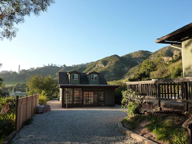 Private, peaceful guest cottage w/ loft in Malibu