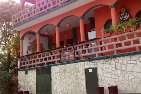 FLORES WATERFRONT BUDGET HOTEL LACANDON - Guesthouse