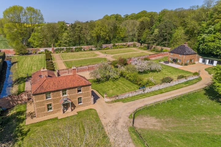 The Walled Garden Cottages - Fring Estate