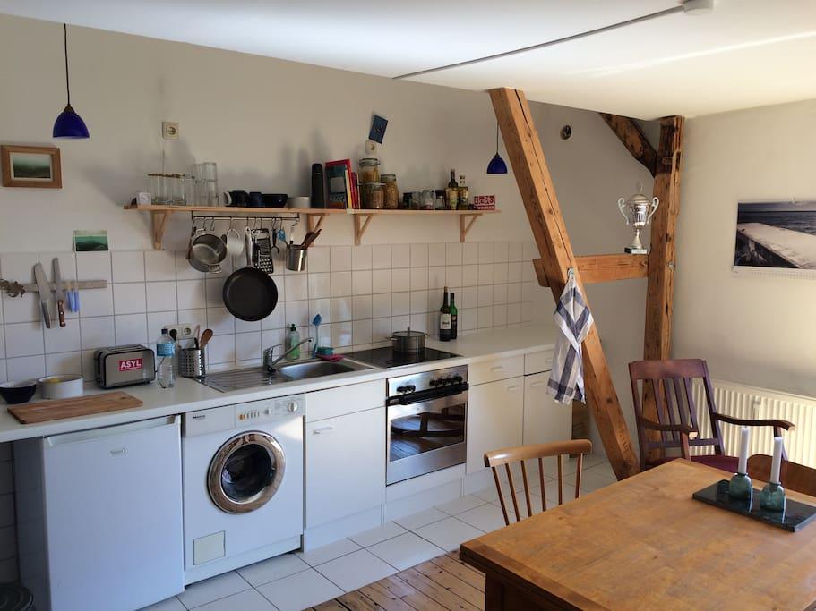 Wohnküche, voll ausgestattet.