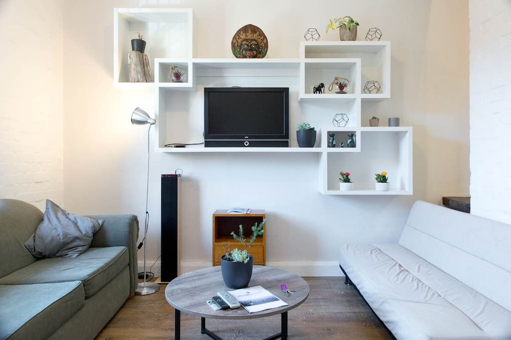 Entertainment unit, Tower speaker, AppleTV and Netflix included.