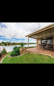 Waterfront house enjoying fishing - Varsity Lakes - Casa