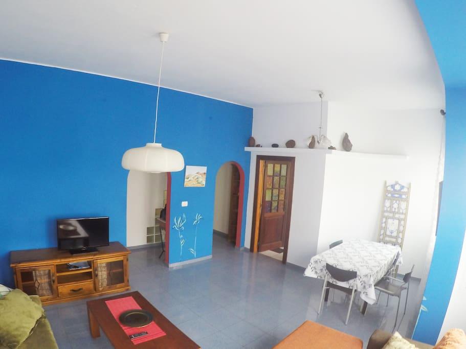 Salón amplio 32m2 que comprende sala de estar con dos sofás y comedor