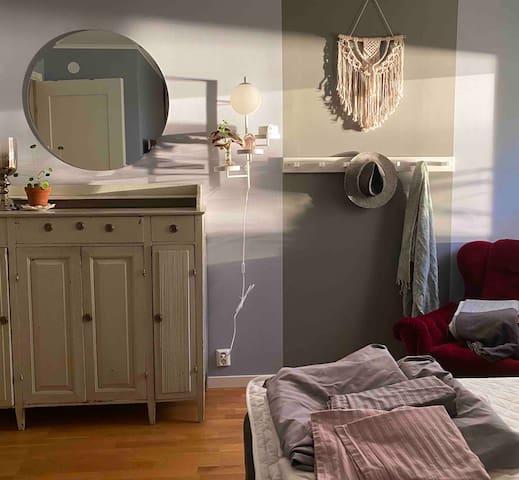 Stora sovrummet med 180 cm bred säng