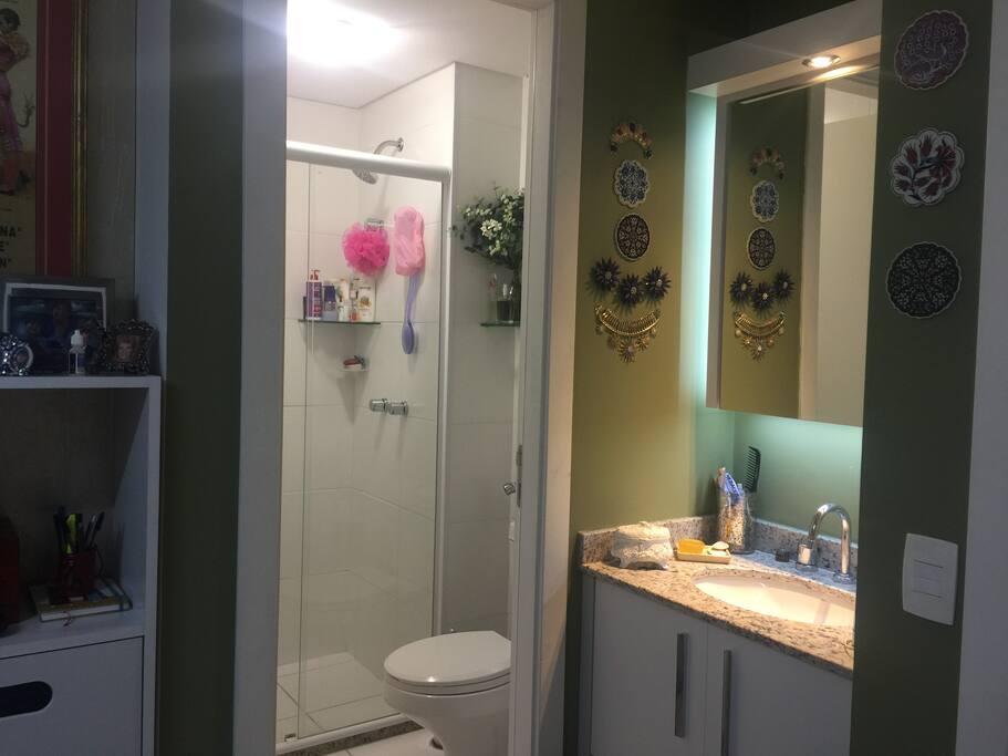 Lavabo e banheiro com boxe
