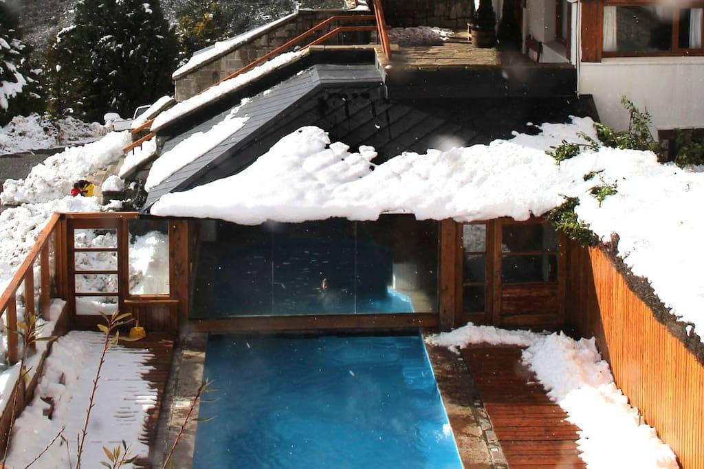 Acceso a la pileta climatizada con hidromasaje y sauna. Access to main pool with warm water and hydromassage.