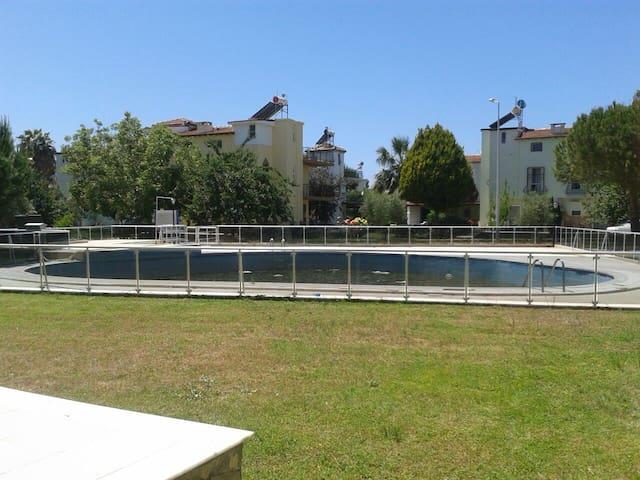 Seçkinler sitesinde tripleks havuzlu villa.