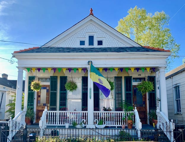 Circa 1895 House In Thriving Historic District!