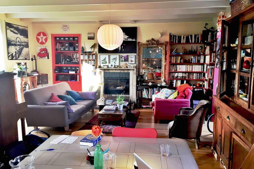 Le salon, qui donne directement sur les 2 côtés de la maison.