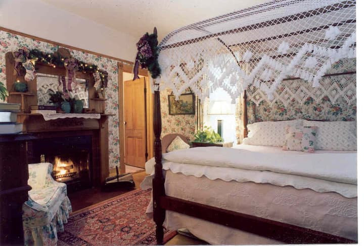 Room 6: Vintage Rose (Garden house) - White Lace Inn