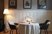 Bordet har to ileggsplater og kan brukes både som møteromsbord og spisebord.