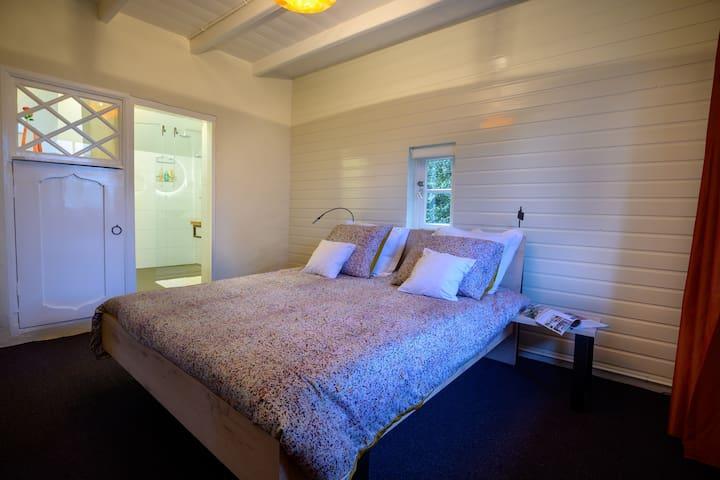 Slapen in een uiterst modern en comfortabel bed: leeslampjes  en twee usb aansluitingen en een stopcontact voor online comfort.