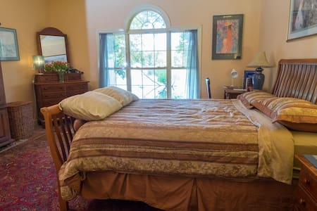 Large private master suite on scenic lake shore. - Mount Pleasant - House