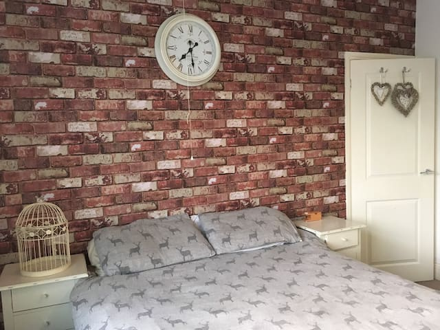 Spacious double room close to town - Darlington - Casa