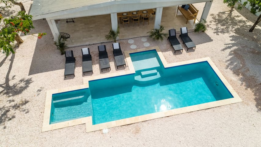 Private luxury villa and pool, 3 bed- bathrooms