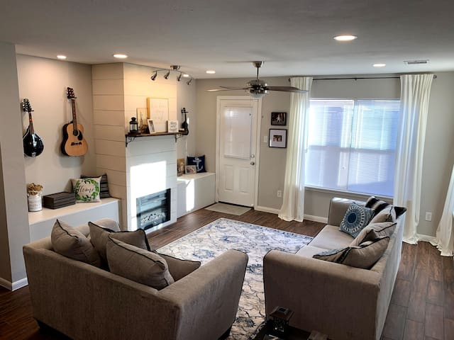 Humble Hideaway! Comfy home by IAH Airport/Houston