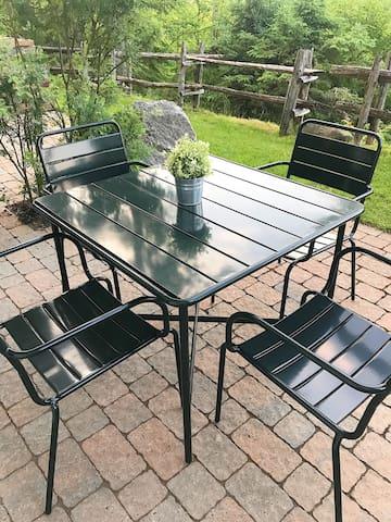 Patio dining set for some outdoor eating.  Ensemble de patio pour manger à l'extérieur sur la terrasse.