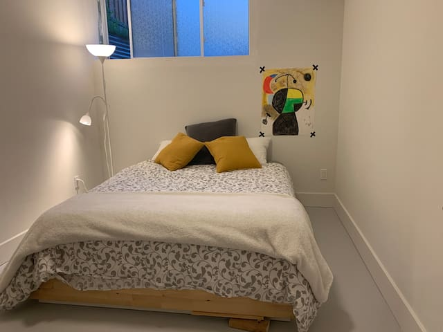 Lovely Quiet Room in Ottawa/Pinecrest & Carling
