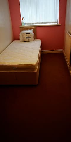 Single room available, close to city centre