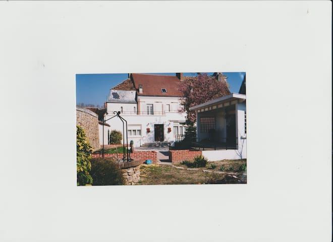 VILLENAUXE- LA-GRANDE ,dans une spacieuse maison