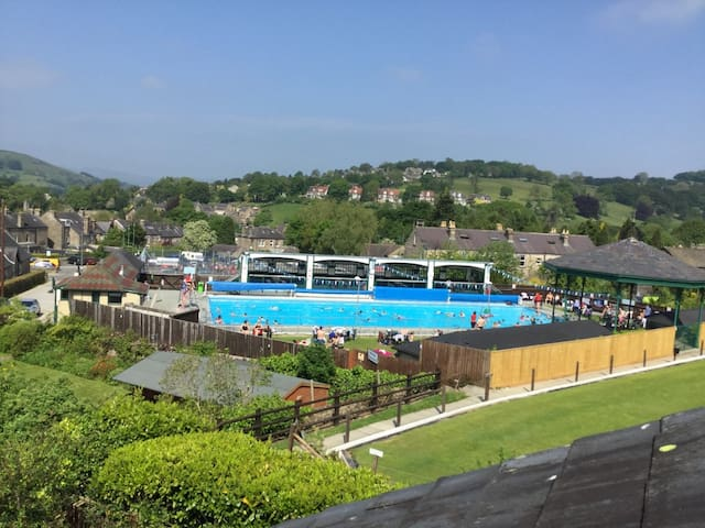 Large family home near to pool & park; great views - Hathersage - Dom