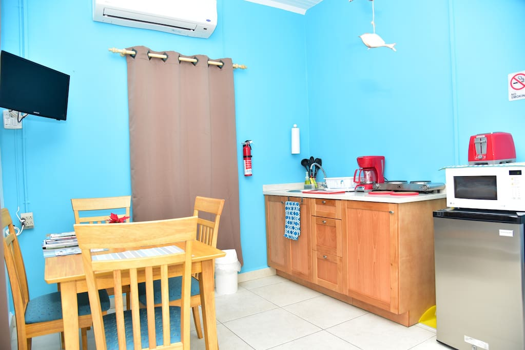 Fully equiped kitchenette with all you need to make your delicious meal, electric stove , cofeemachine , toaster , blender, pots and pans , utensils and Dishes , coffeemugs, wineglasses and a safebox also provided.