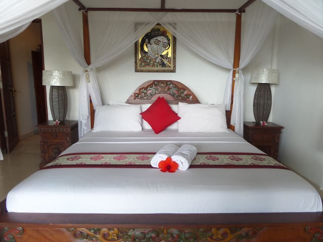 A double bed  with 4 pillows