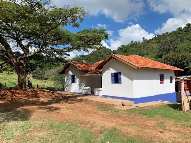 Casa de campo com cachoeira.