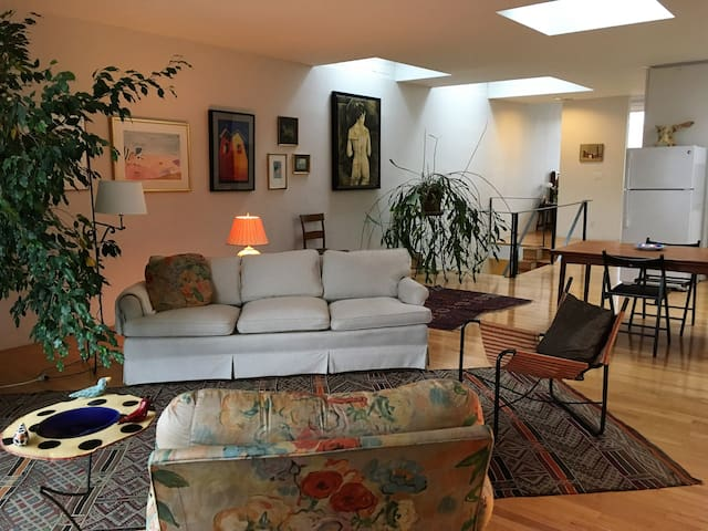 Sunny art filled apartment in historic area - Baltimore - Daire