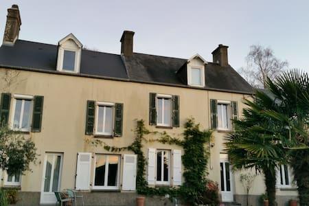 Chambres privées maison charme en ville, 10kms mer - Coutances - House