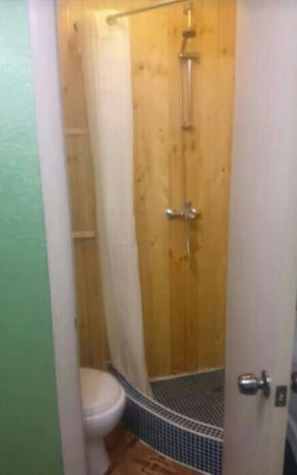 Так выглядят душевая кабина и туалет. Пространство небольшое, но уютное.