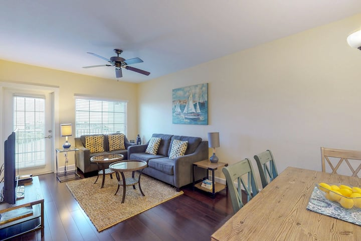 Family-friendly condo w/ shared pool - walk to water park & dining