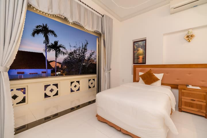 Twins room with pool view-Hanh Nhung villa