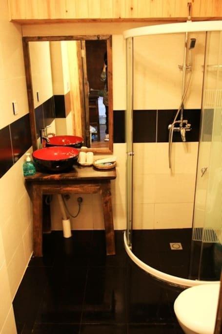 独立卫生间,24小时热水。洗发水,沐浴露,卷纸,毛巾,浴巾,牙具。电吹风。配备齐全。