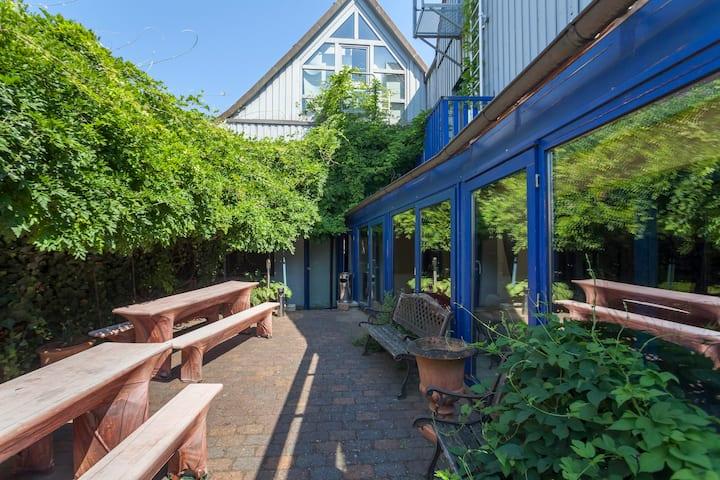Barhaus mit 7 Zimmern/Bädern und Gartenhof/Grill